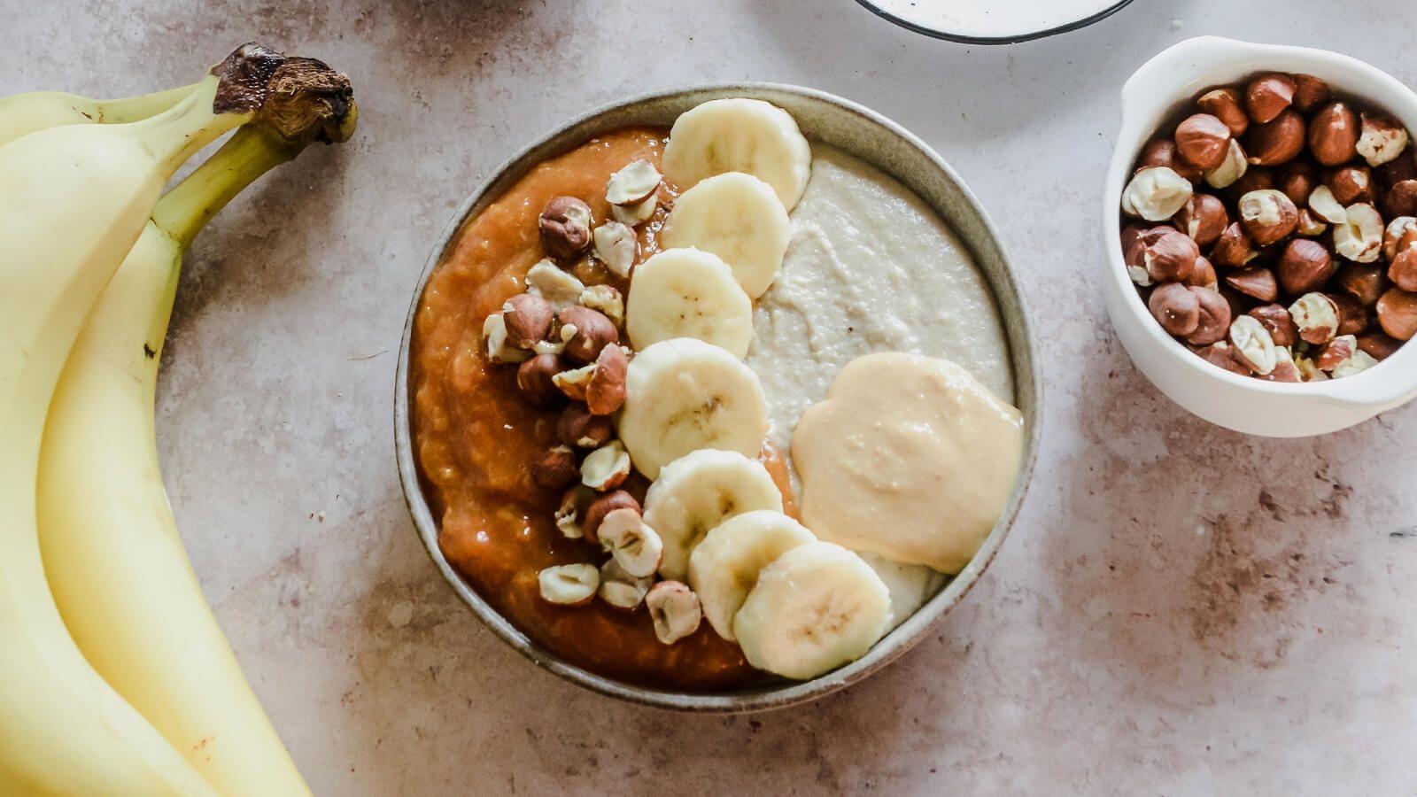 Bananowy budyń jaglany z musem morelowo-brzoskwiniowym i masłem orzechowym