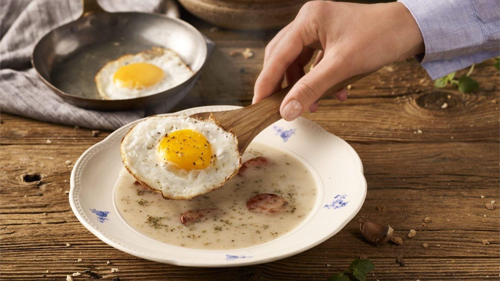Barszcz biały z jajkiem sadzonym