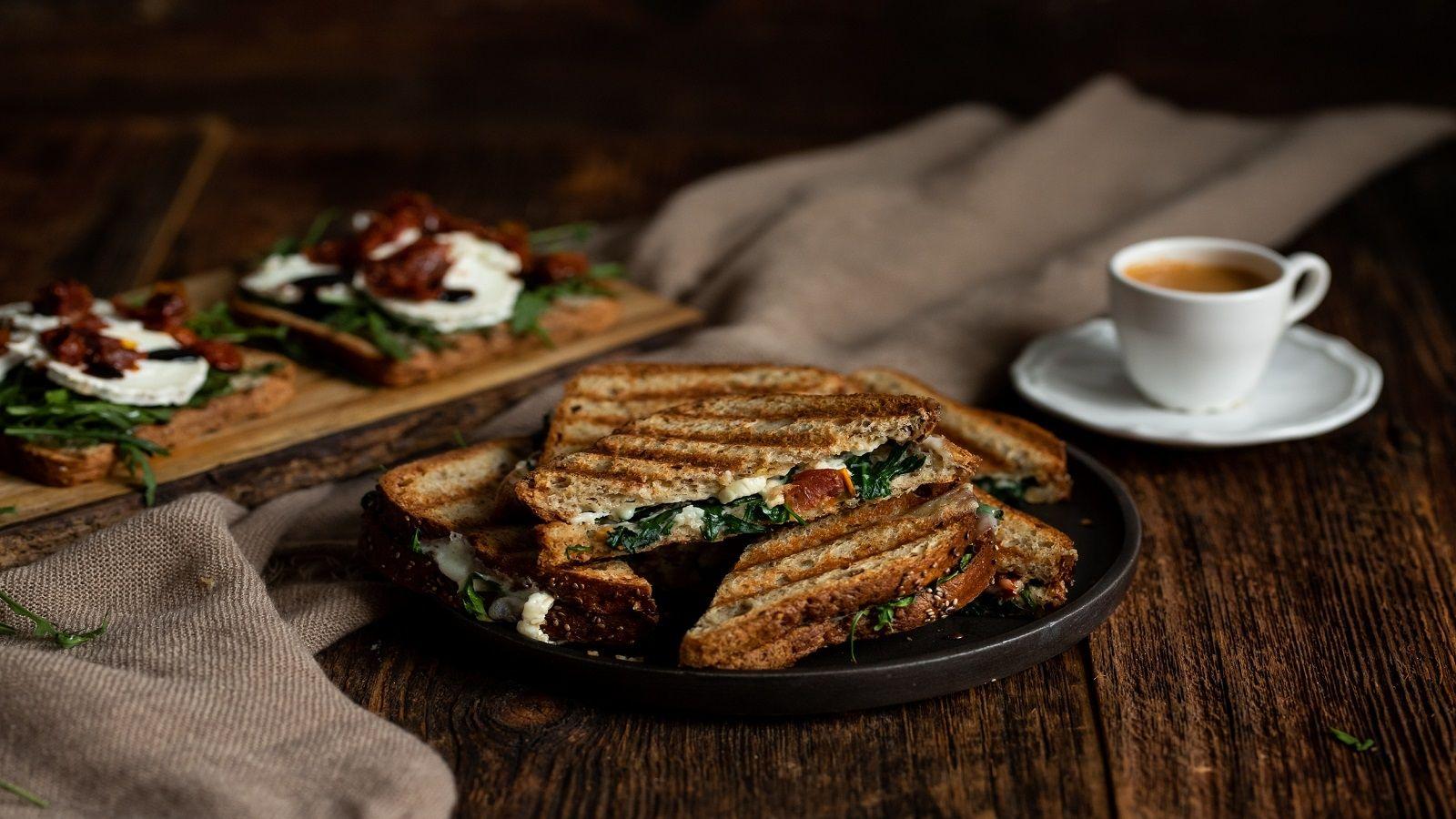 Bezglutenowe grzanki z serem kozim i suszonymi pomidorami