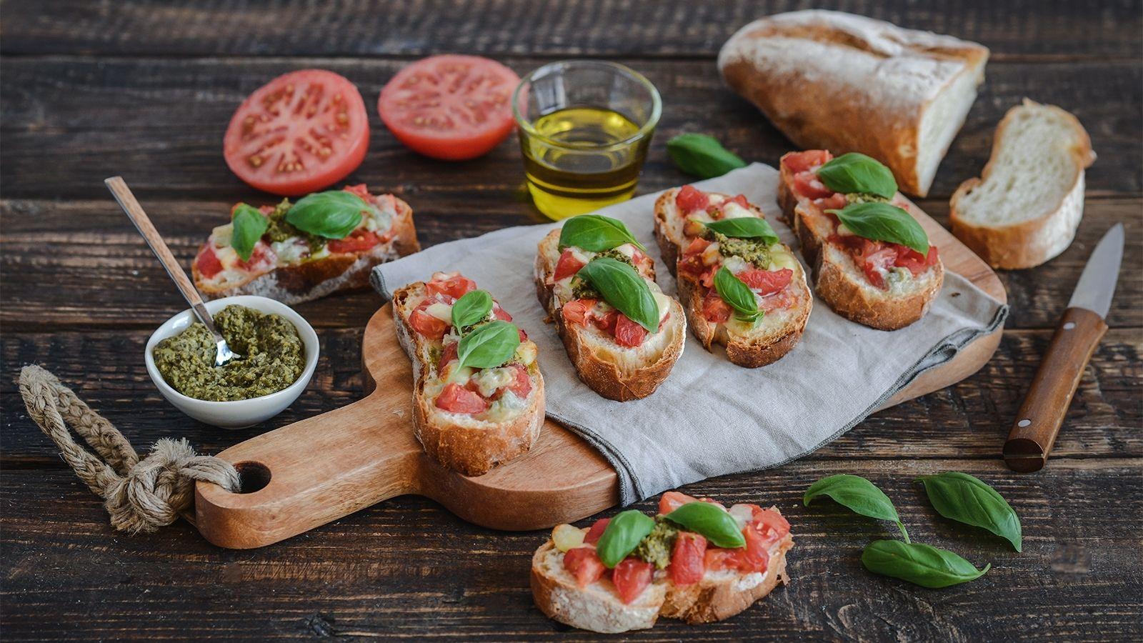 Bruschetta z mozzarellą, gorgonzolą, pomidorami