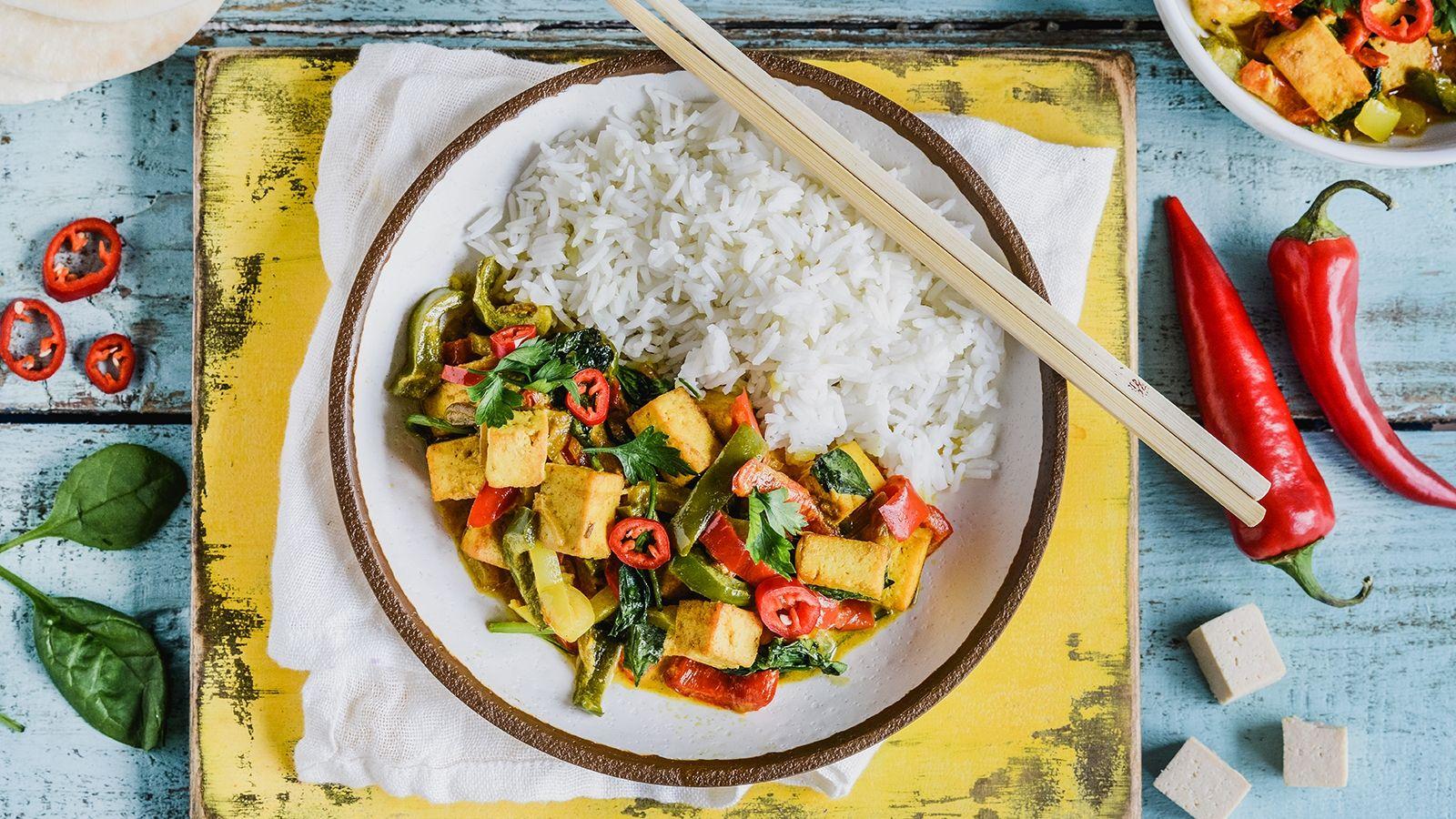 Curry z tofu i papryką, podane z ryżem basmati