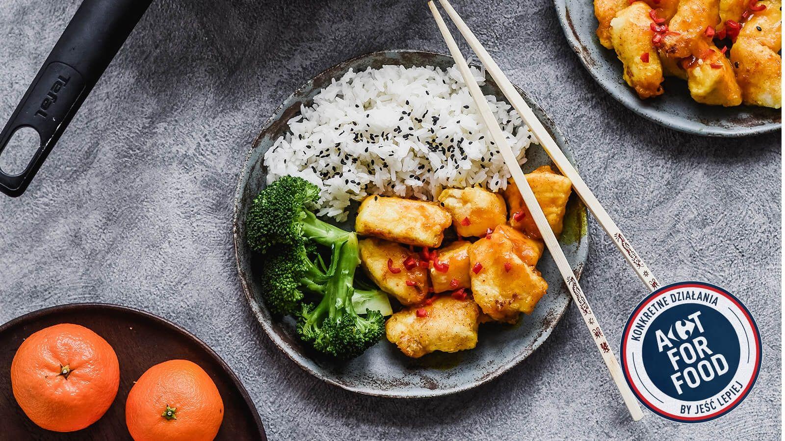 Cytrusowy kurczak z dzikim ryżem, kurkumą, chili, imbirem oraz sezamem, podany z brokułami