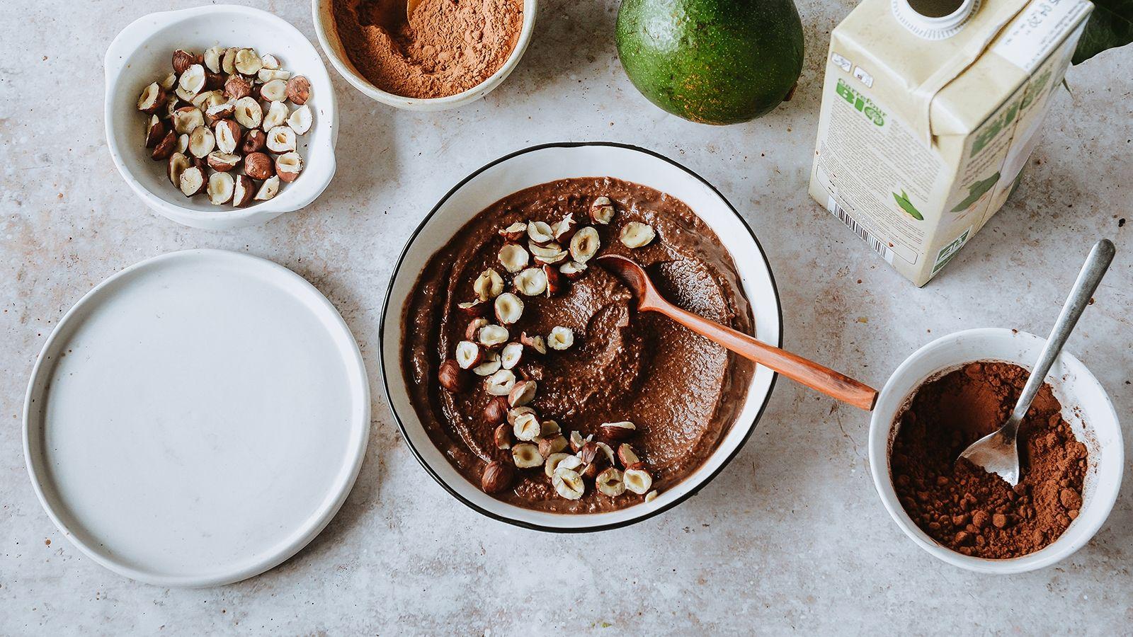 Czekoladowy krem z awokado, karobem i mlekiem roślinnym