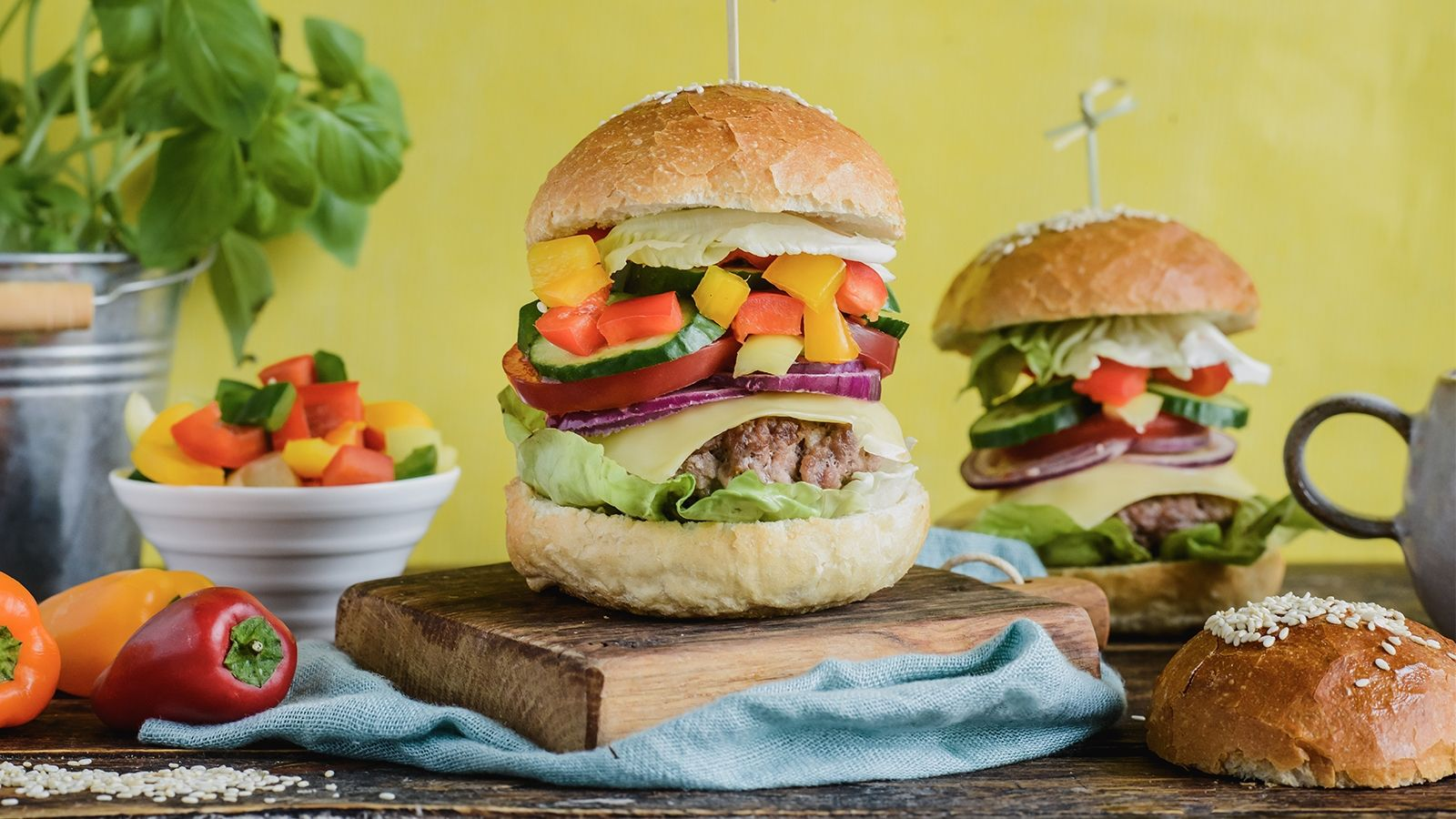 Domowy cheesburger z kolorowymi paprykami