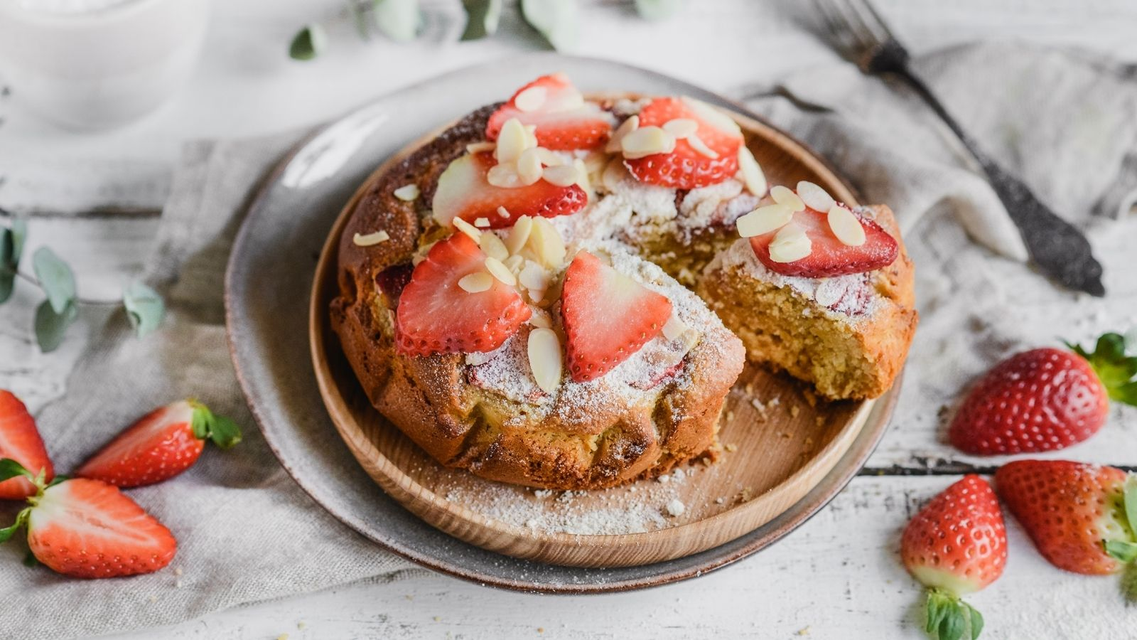 Fit ciasto kokosowo-migdałowe z truskawkami