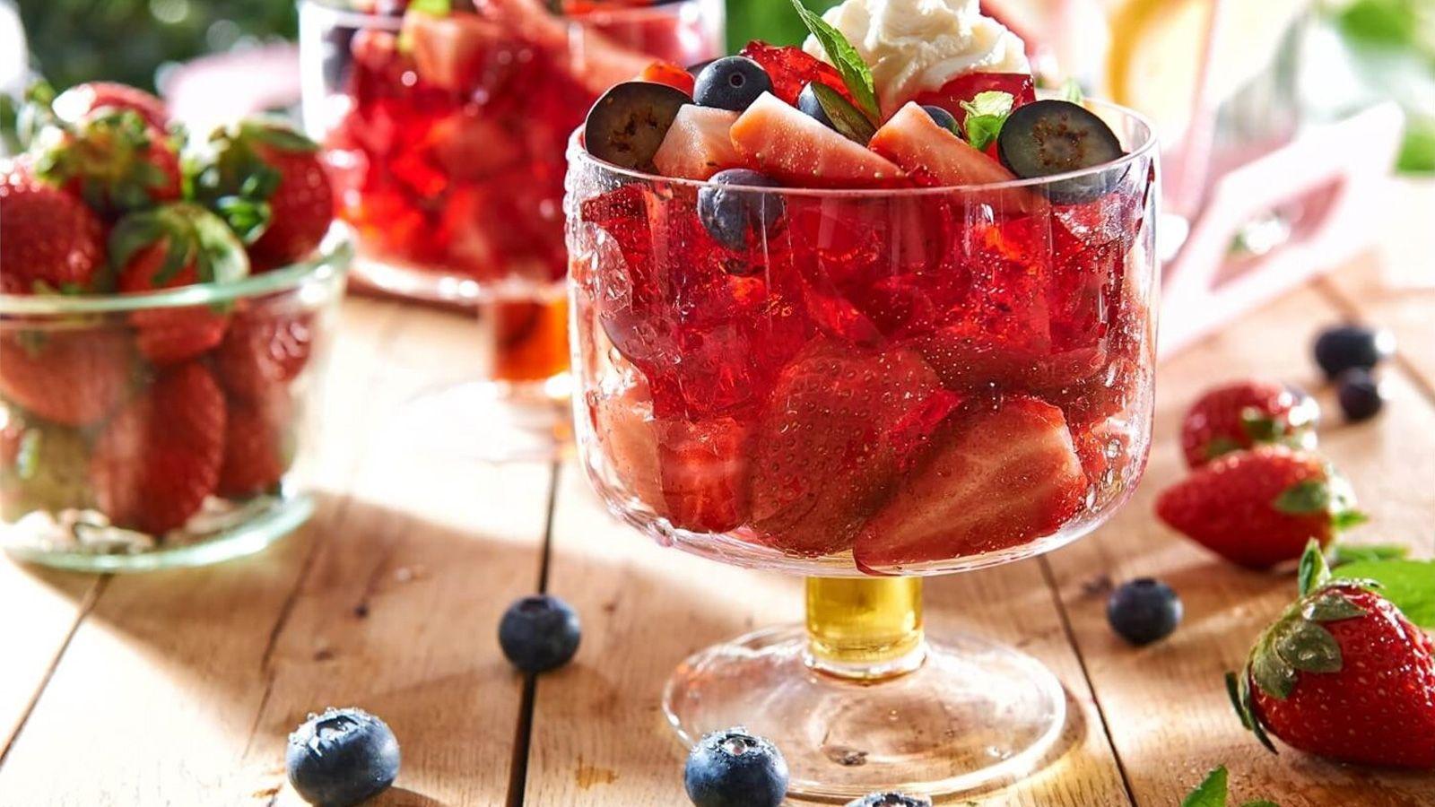 Galaretka truskawkowa z owocami i bitą śmietaną