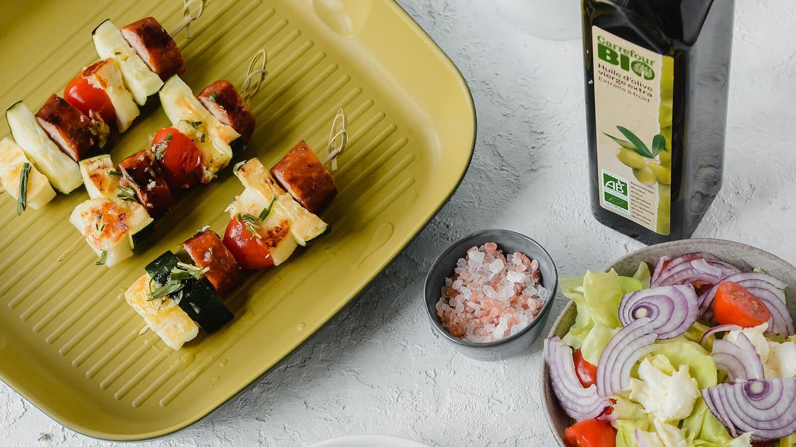 Grillowane szaszłyki z kiełbasy z serem halloumi, pomidorkami koktajlowymi i cukinią, podane z sałatką ze świeżych warzyw