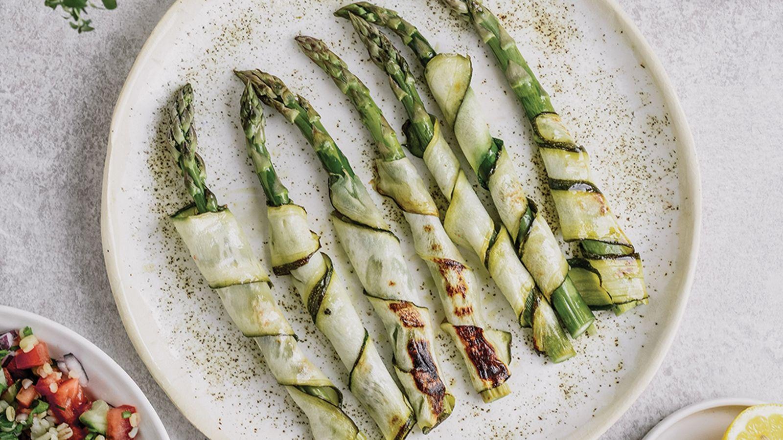 Grillowane szparagi w cytrynowych wstążkach z cukinii, podane z sałatką tabbouleh