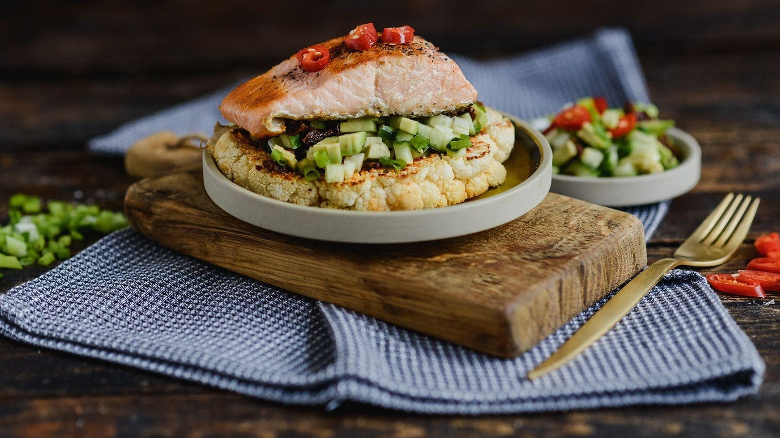 Grillowany łosoś z pieczonym kalafiorem i salsą z awokado i ogórka