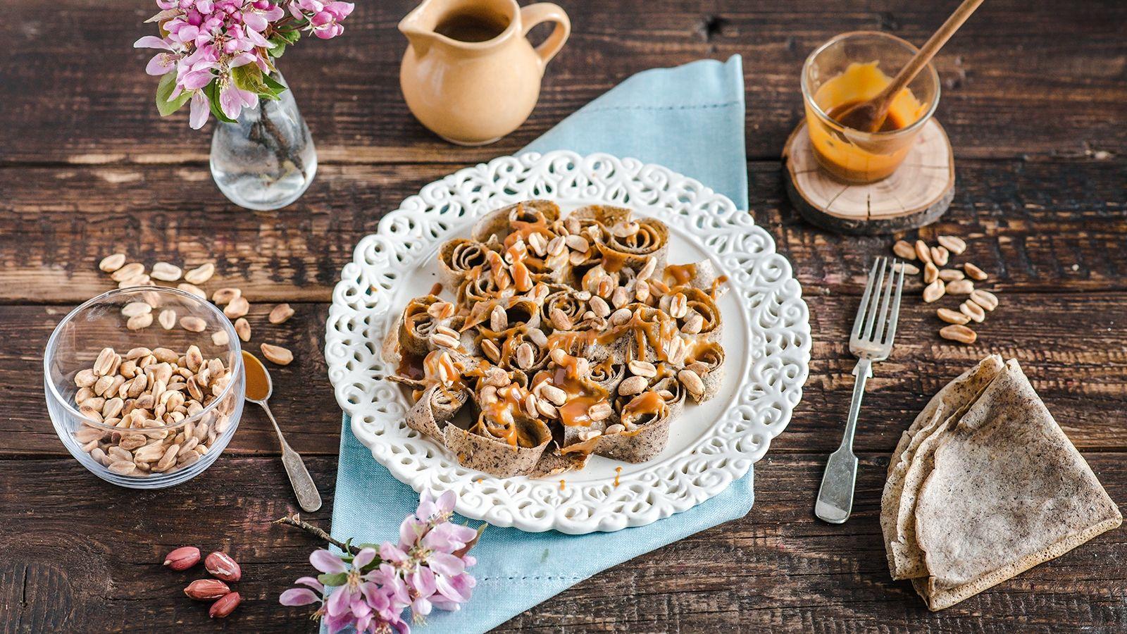 Gryczane naleśniki z solonym karmelem, bananem i prażonymi orzeszkami arachidowymi