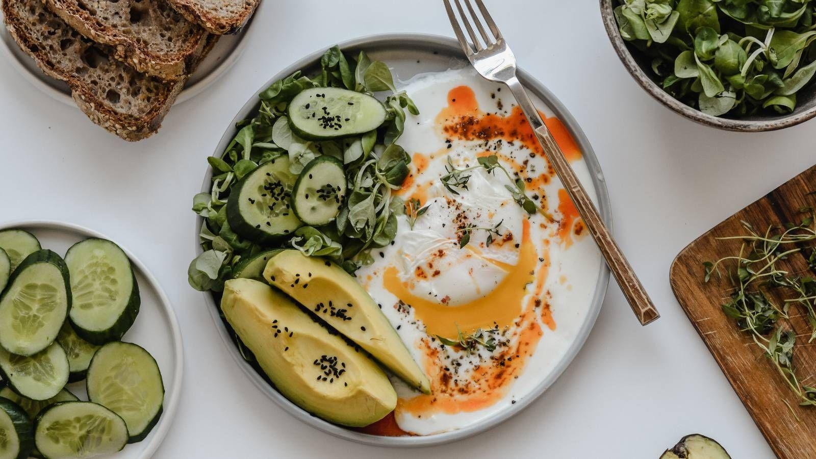 Jajka po turecku z warzywami