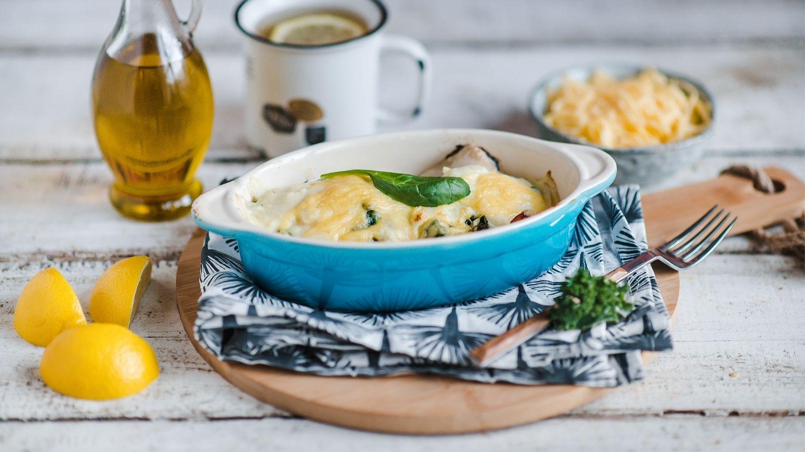 Karp pieczony ze szpinakiem i serem żółtym pod sosem beszamelowym