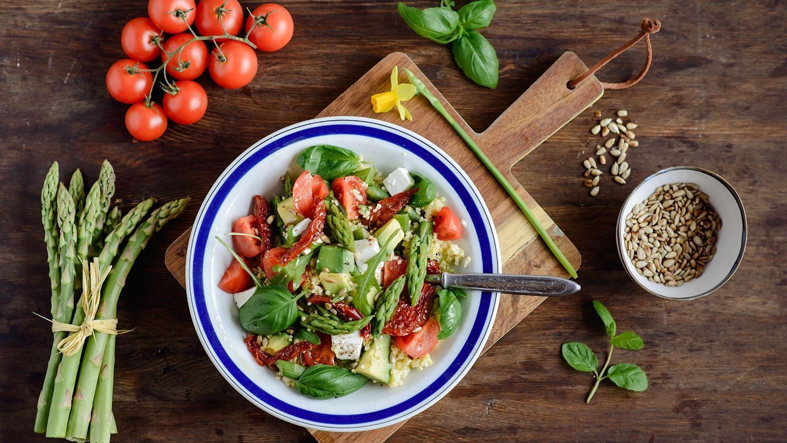 Kasza jaglana ze szparagami, suszonymi pomidorami, fetą