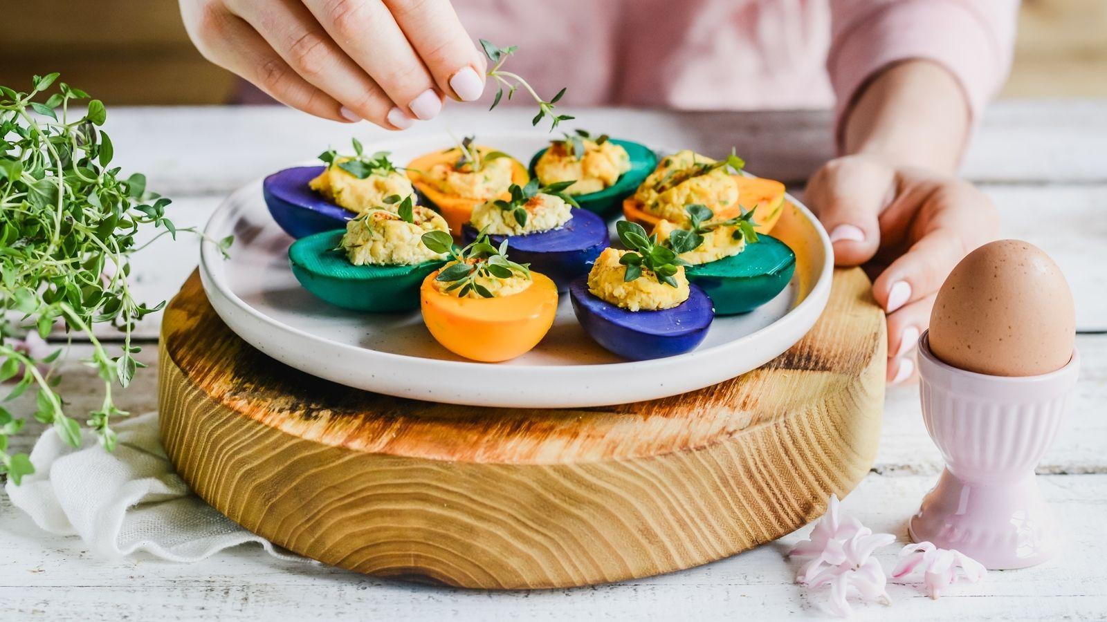 Kolorowe jajka faszerowane pastą chrzanową