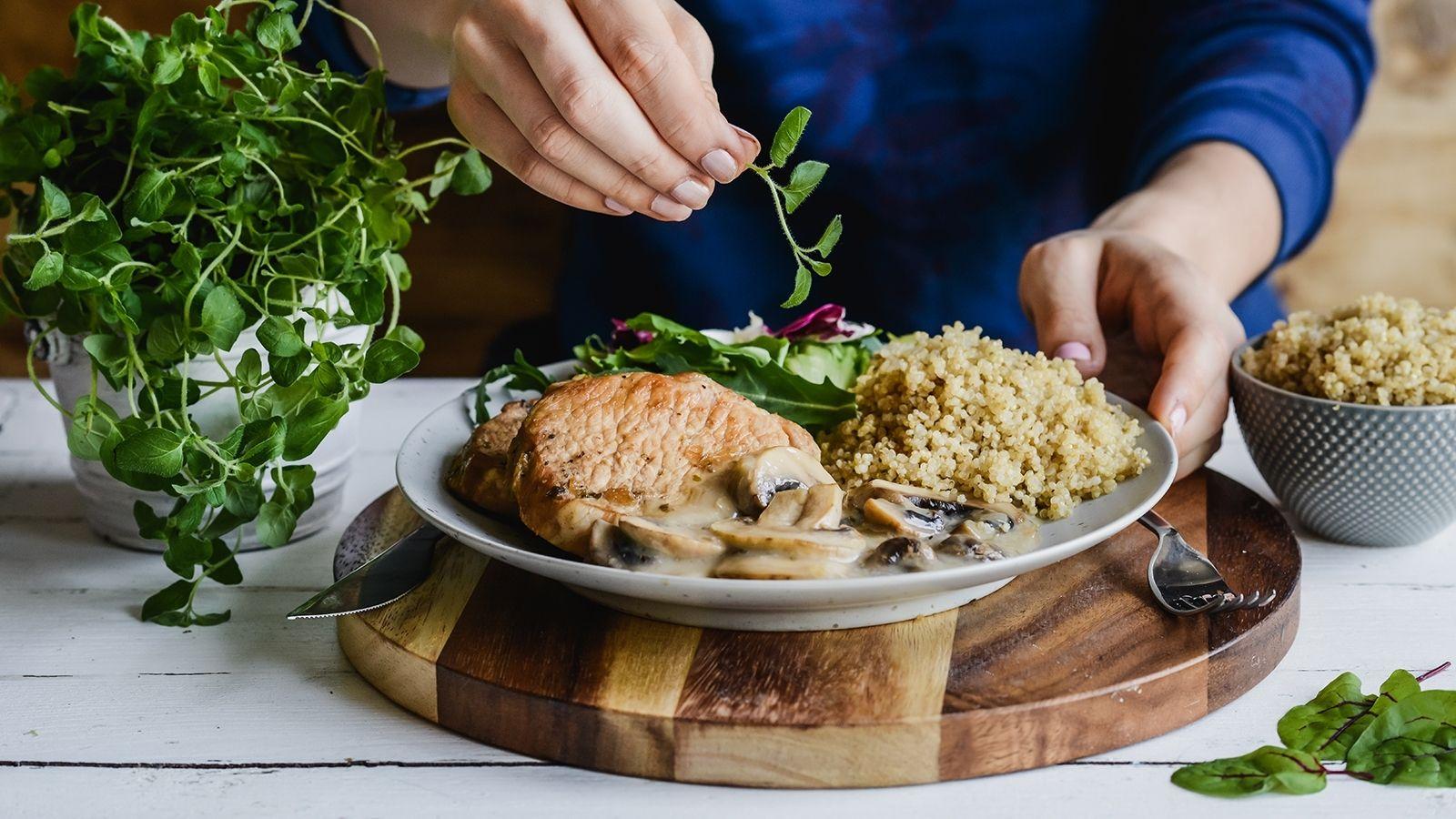 Lekko gotowany schab w sosie z pieczarkami podany z komosą ryżową