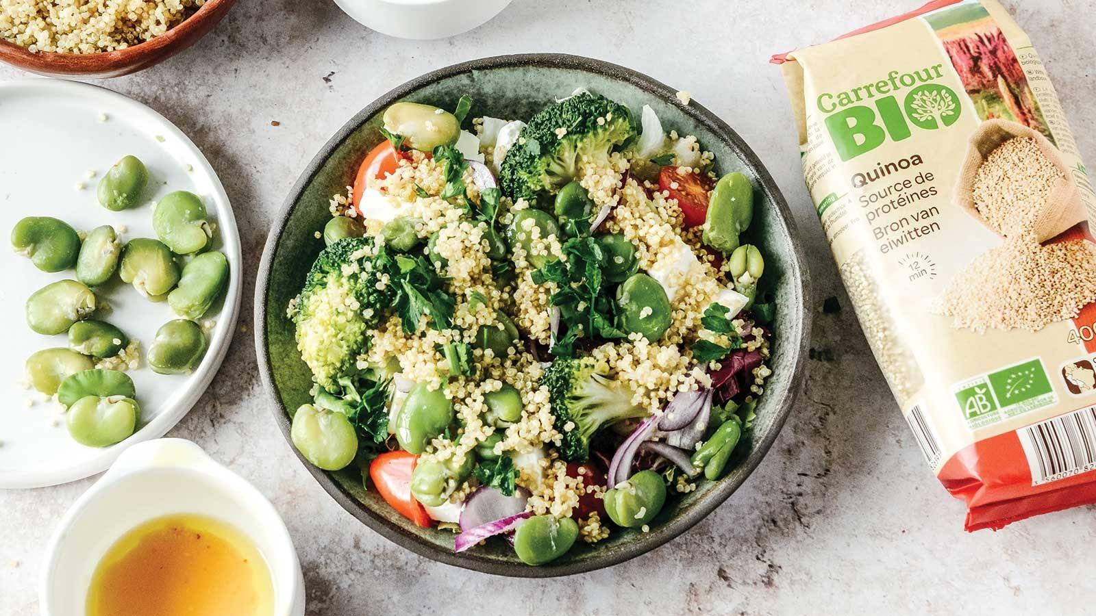 Letnia sałatka z bobem, fetą, brokułami, pomidorami i komosą ryżową, polana miodowym dressingiem