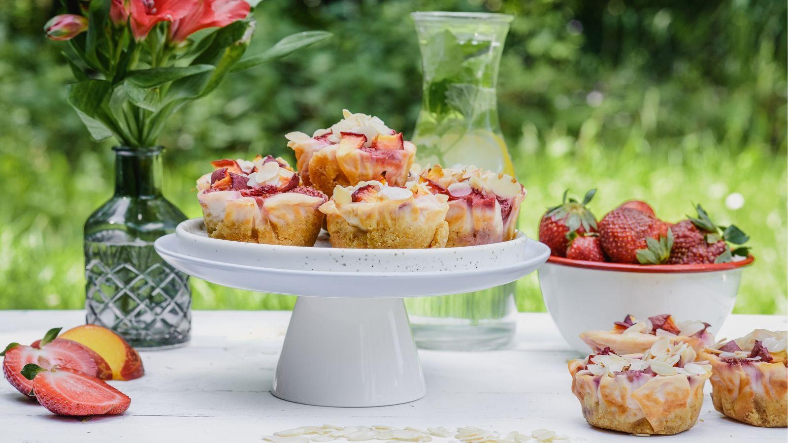 Mini serniczki z truskawkami, nektarynkami i kruszonką migdałową