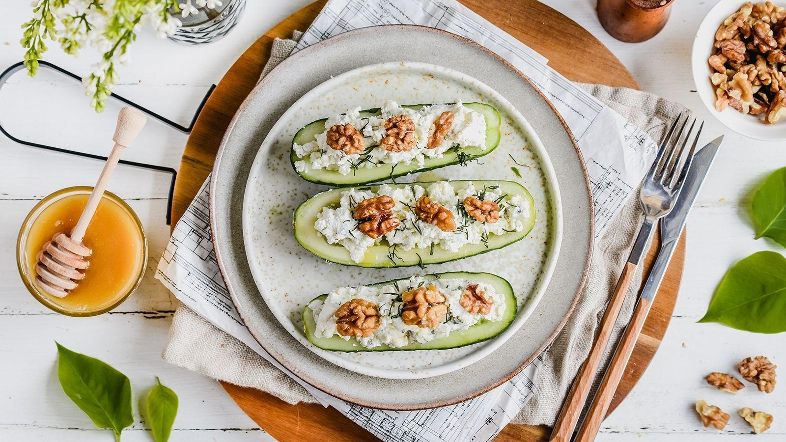 Ogórkowe łódeczki nadziewane serem gorgonzola i twarożkiem