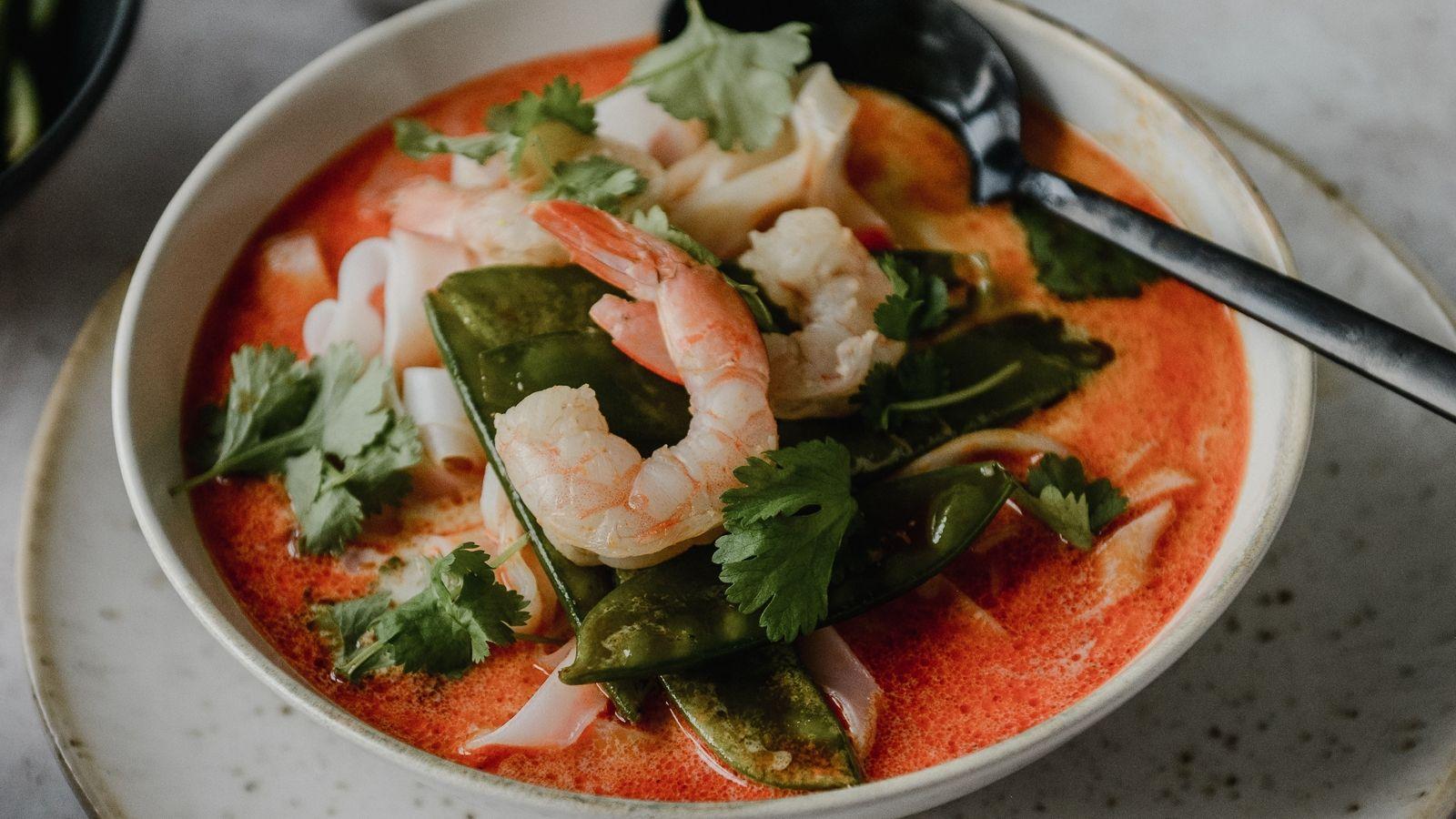 Orientalna zupa z krewetkami, makaronem ryżowym, chili i kolendrą