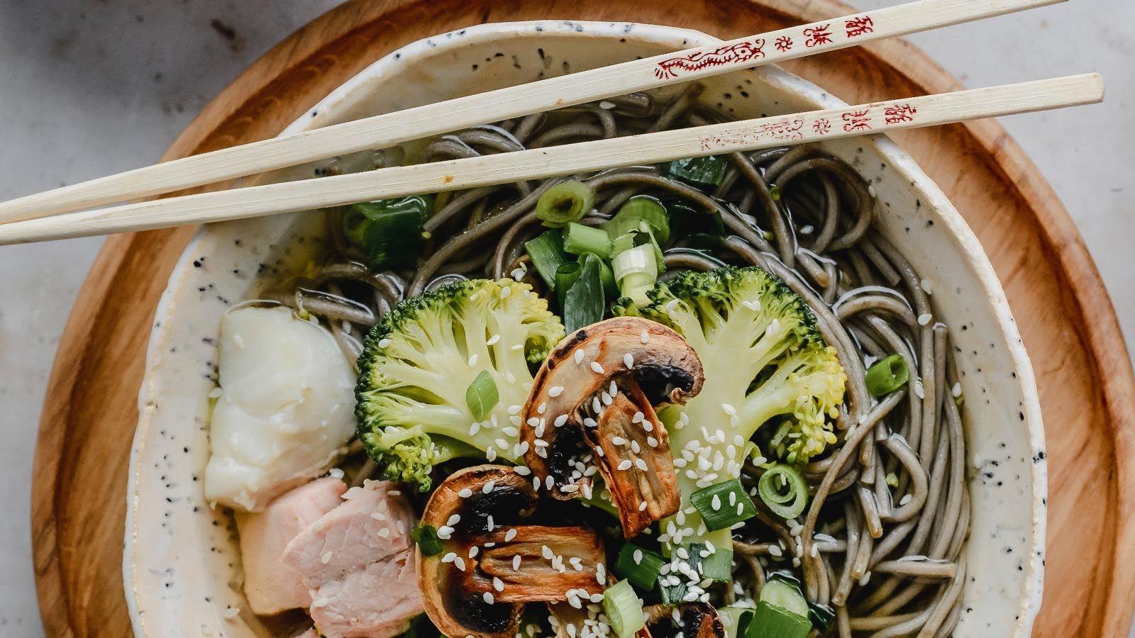 Orientalna zupa z łososiem, dorszem, brokułami i pieczarkami