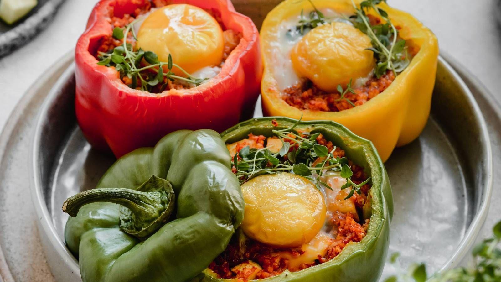 Papryka zapiekana z kaszą jaglaną i jajkiem