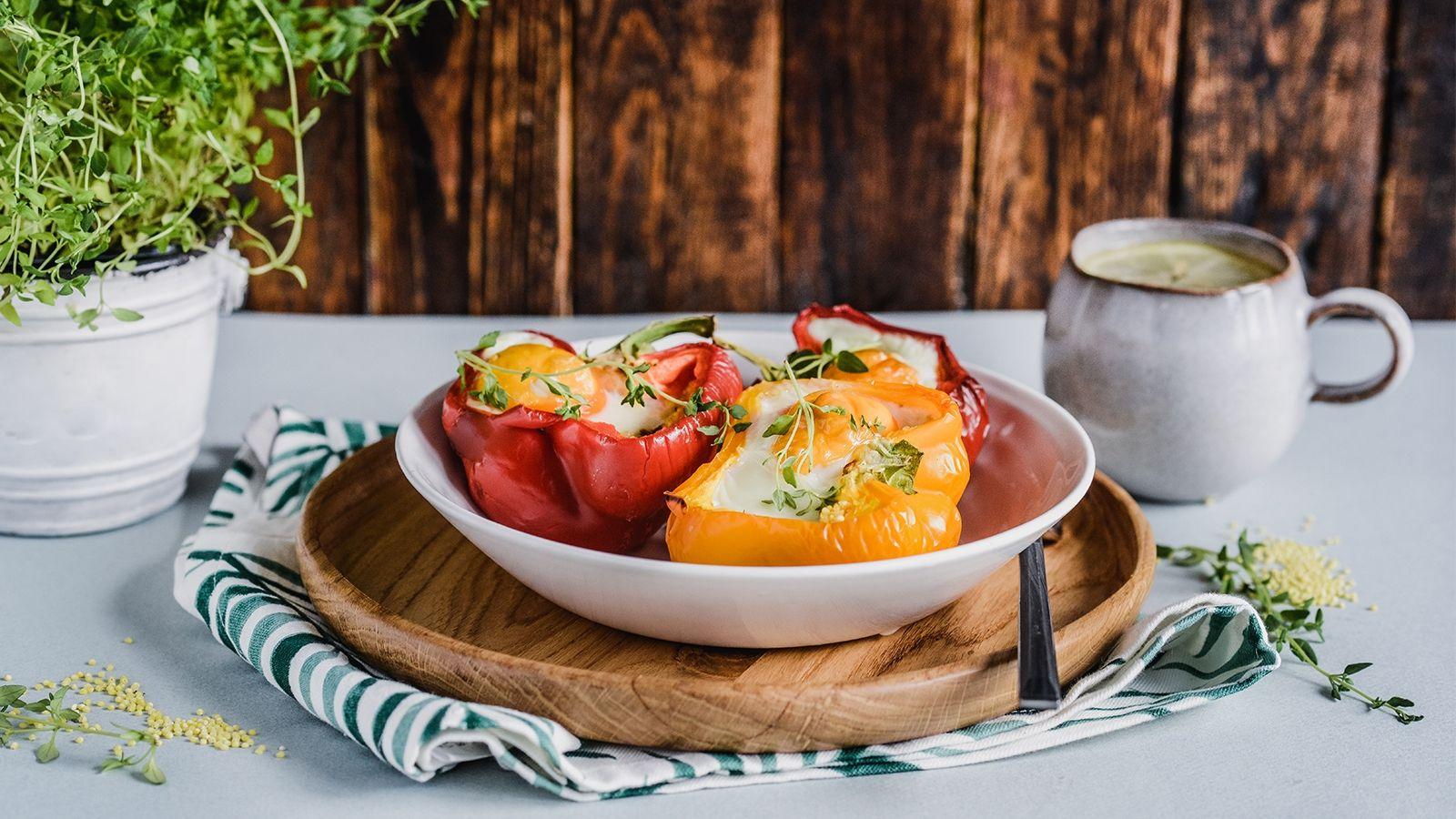Papryki faszerowane kaszą jaglaną, pieczone z jajkiem i tymiankiem