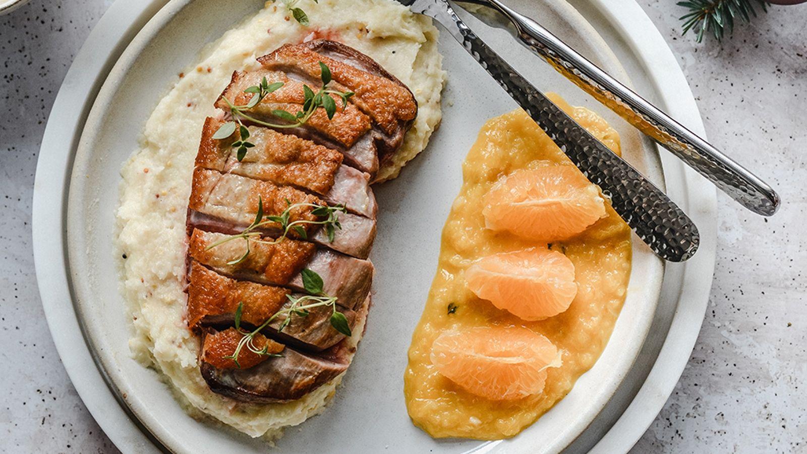 Pierś z kaczki z sosem klementynkowym i pietruszkowym purée
