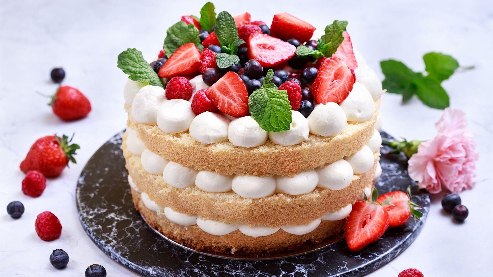 Przepis na tort komunijny z kremem z białej czekolady, konfiturą malinową i świeżymi owocami
