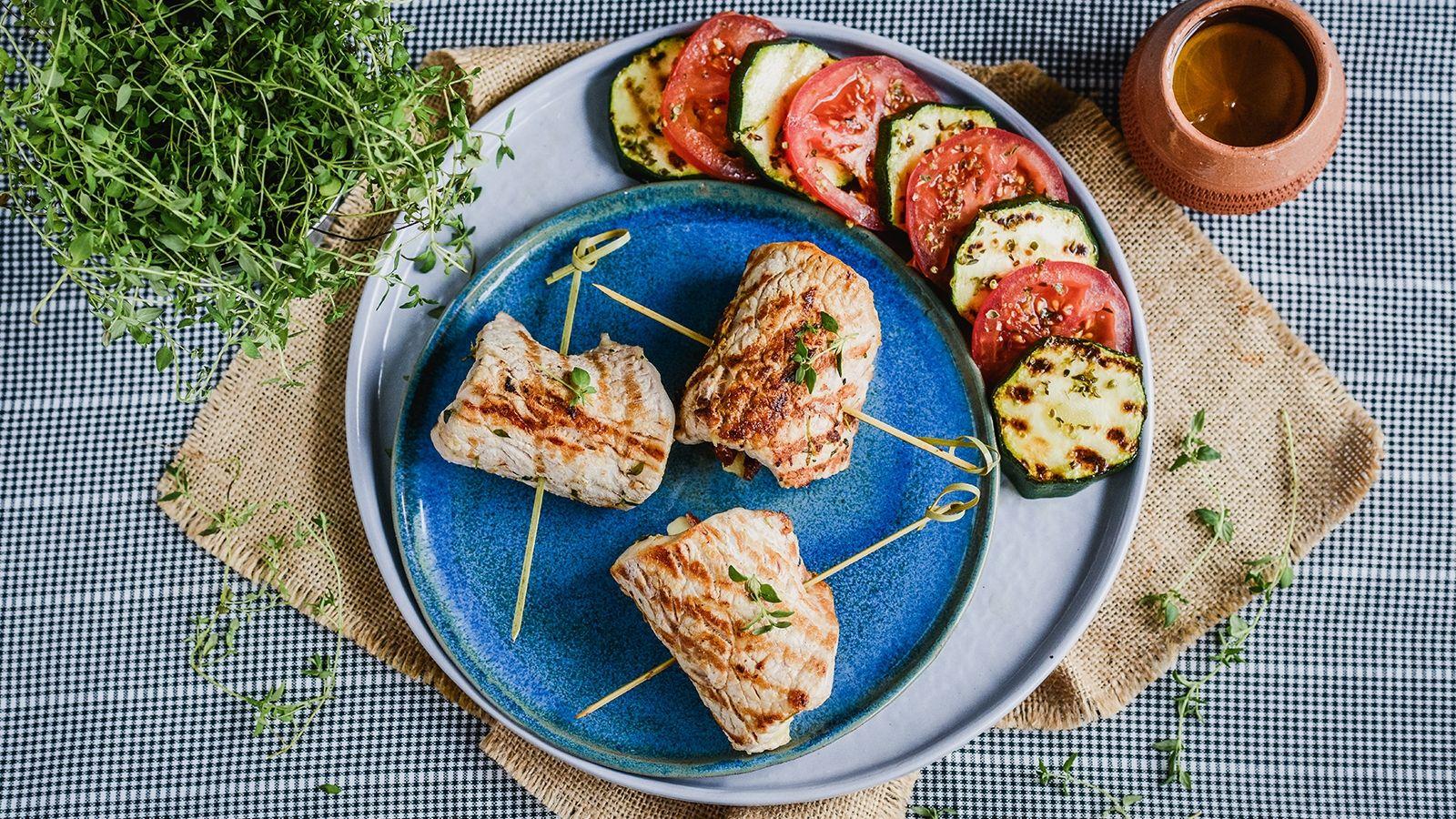 Roladki ze schabu z mozarellą podane na sałatce z grillowanej cukinii i pomidorów