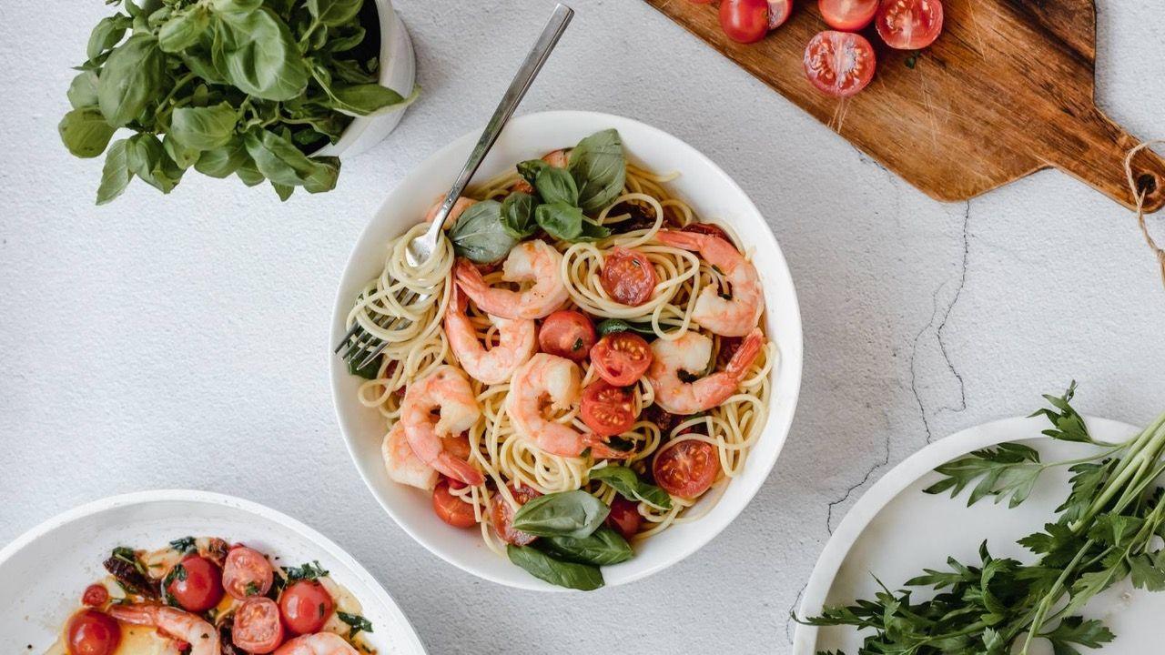 Spaghetti z krewetkami, suszonymi pomidorami w lekkim sosie pomidorowym z pietruszką