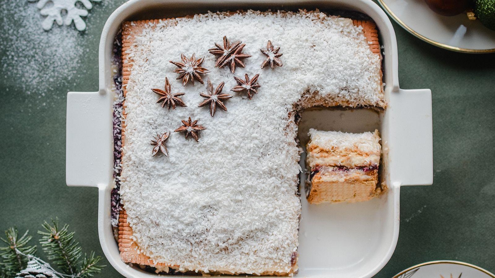 Świąteczne ciasto chałwowe bez pieczenia, z masą budyniową, orzechami i bakaliami