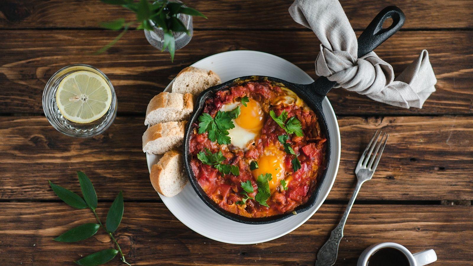 Szakszuka z pomidorami i  kiełbasą chłopską