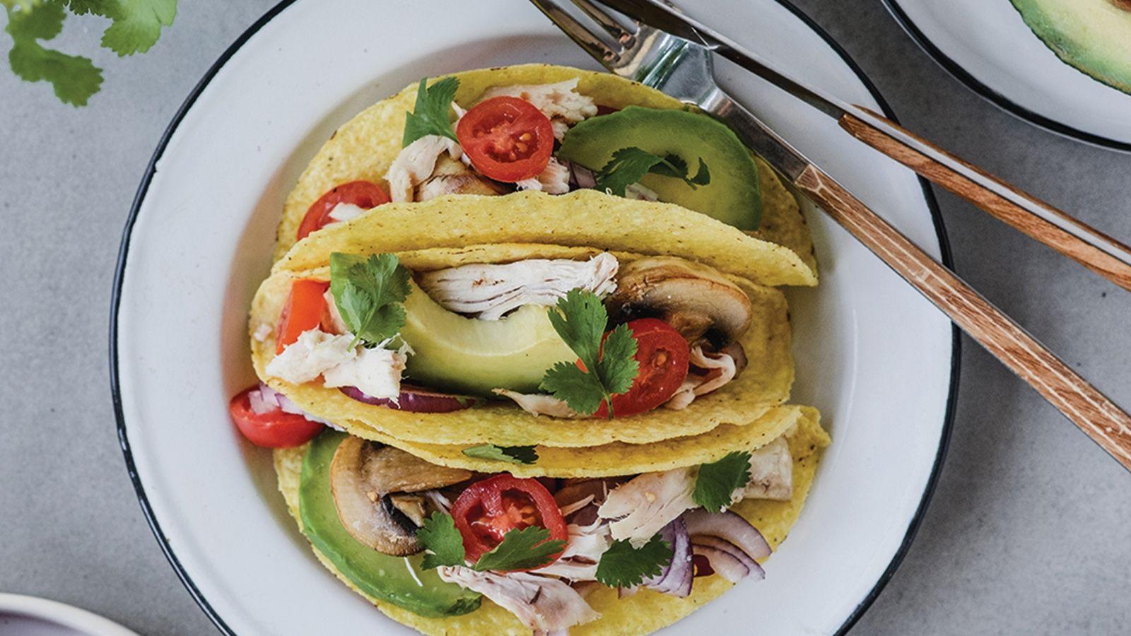 Tacos z grillowanego kurczaka, awokado i pieczarek, z pomidorkami koktajlowymi