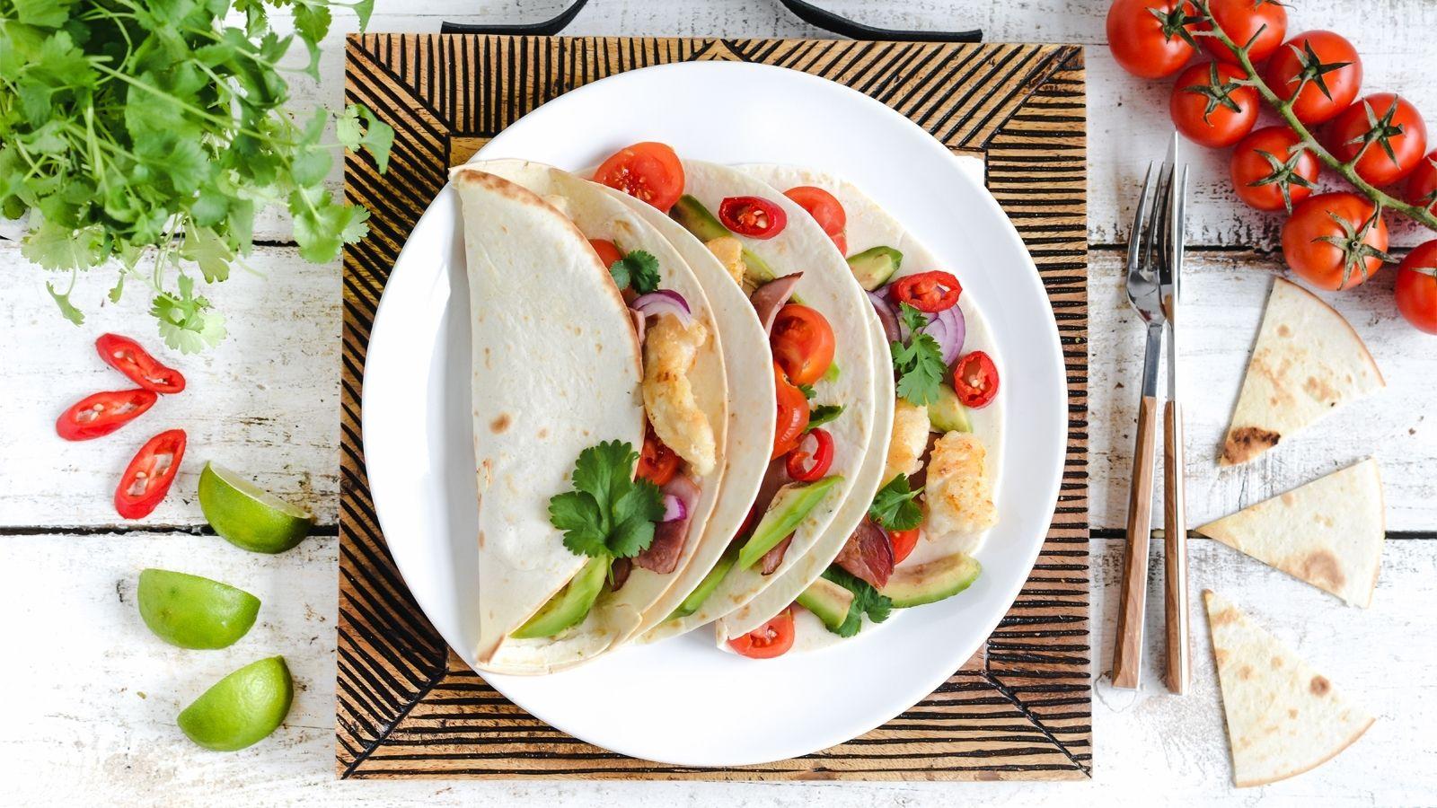 Tacos z kurczakiem, awokado, pomidorkami koktajlowymi, czerwoną cebulą, pieczoną szynką