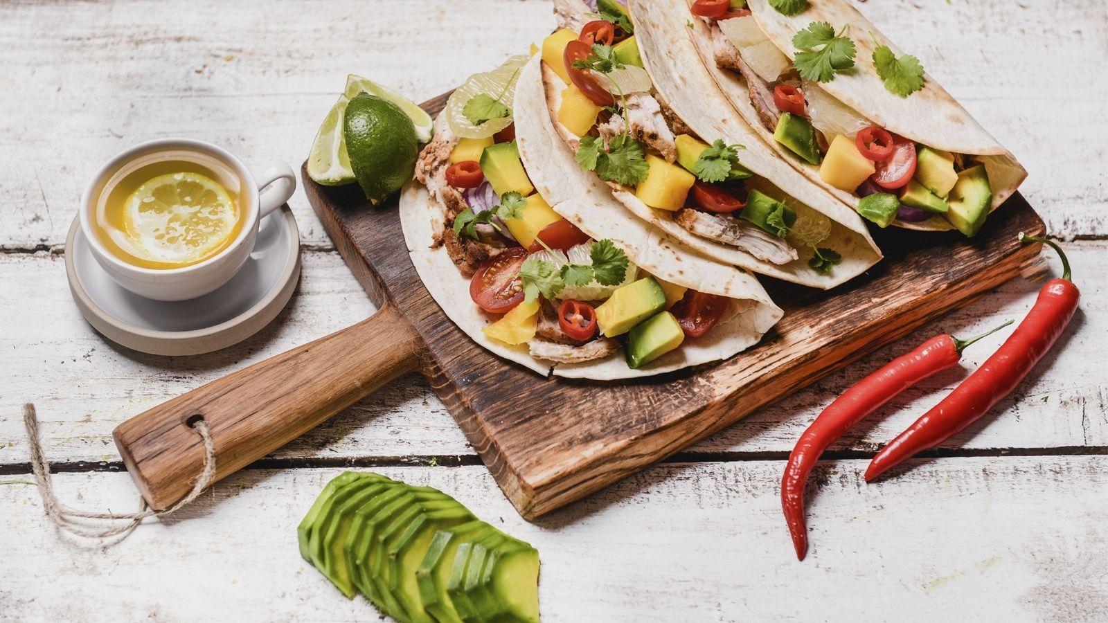 Tacos z pieczonym schabem, mango, pomidorkami, pomelo, cebulą i awokado