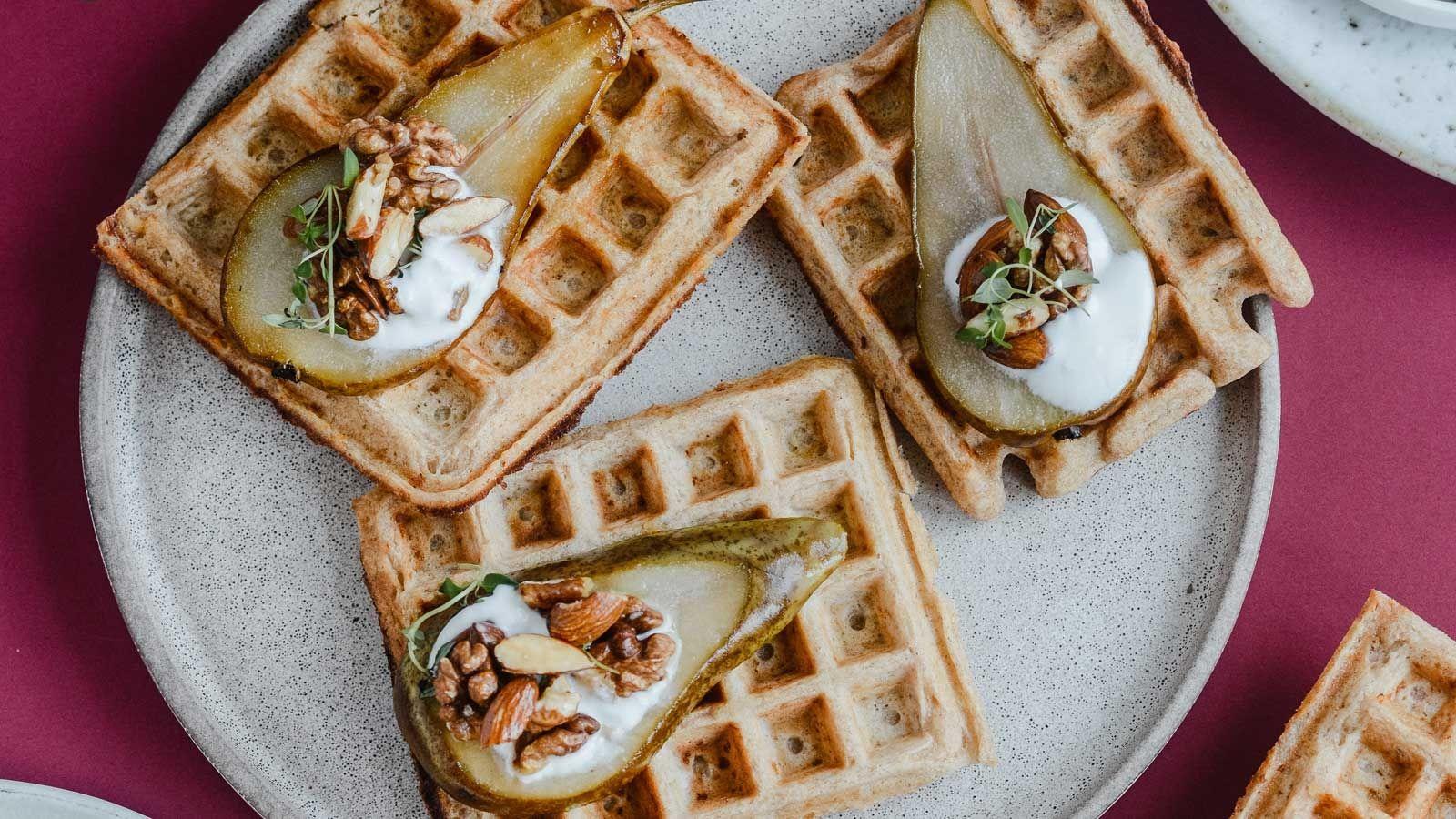 Twarogowe gofry z karmelizowaną gruszką i orzechami