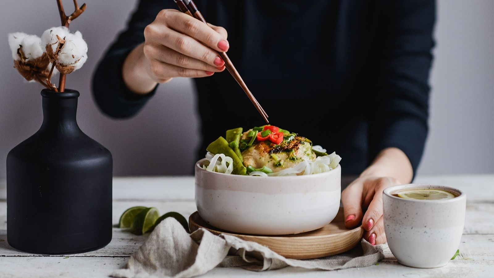 Udka z kurczaka w zielonym curry podane z makaronem ryżowym