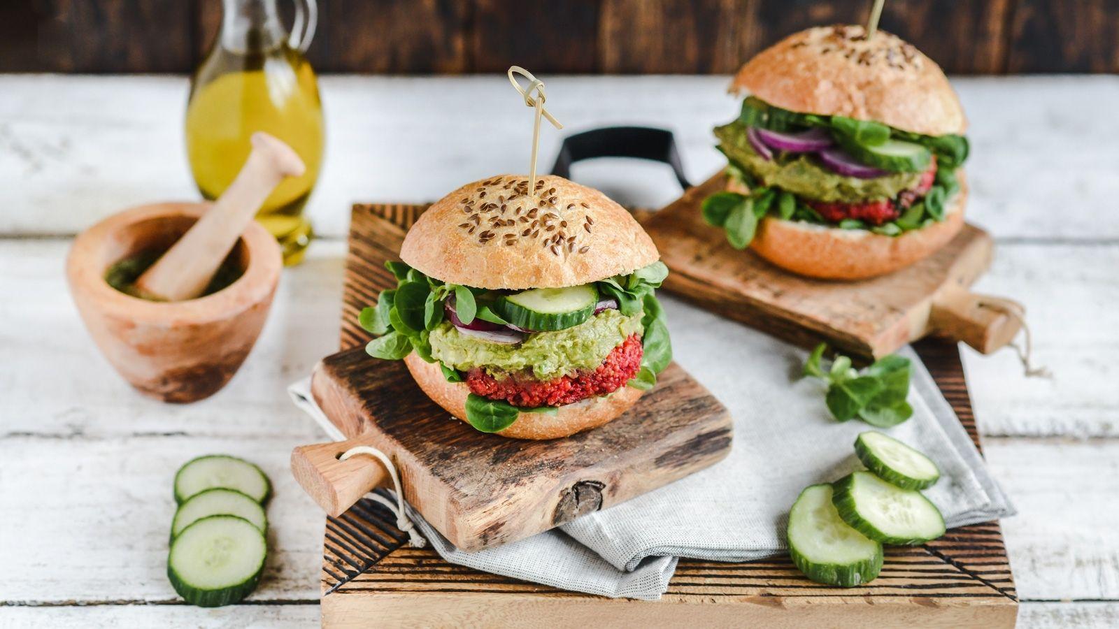 Wegański burger z kaszy jaglanej i buraka podany z dipem awokado