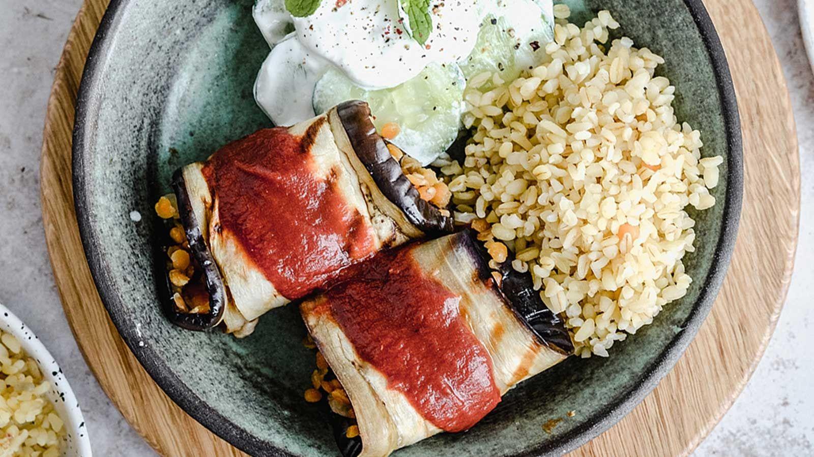 Wege gołąbki z grillowanego bakłażana i soczewicy, w sosie pomidorowym, podane z kaszą bulgur i sałatką z ogórka