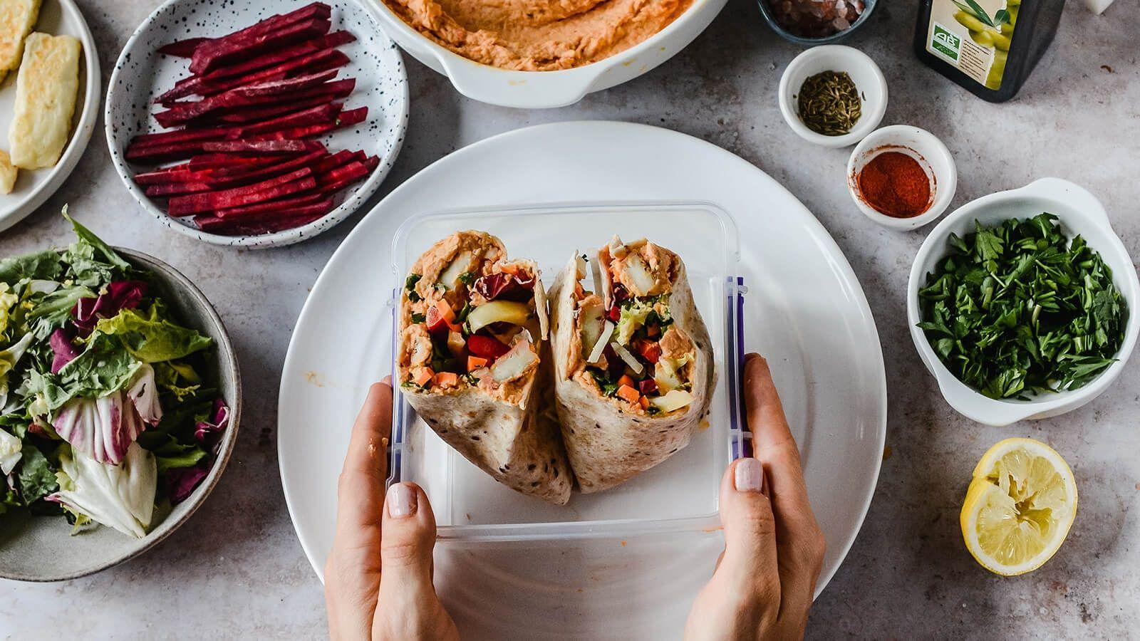 Wrapy z tortilli z paprykowym hummusem, serem halloumi i słupkami warzyw