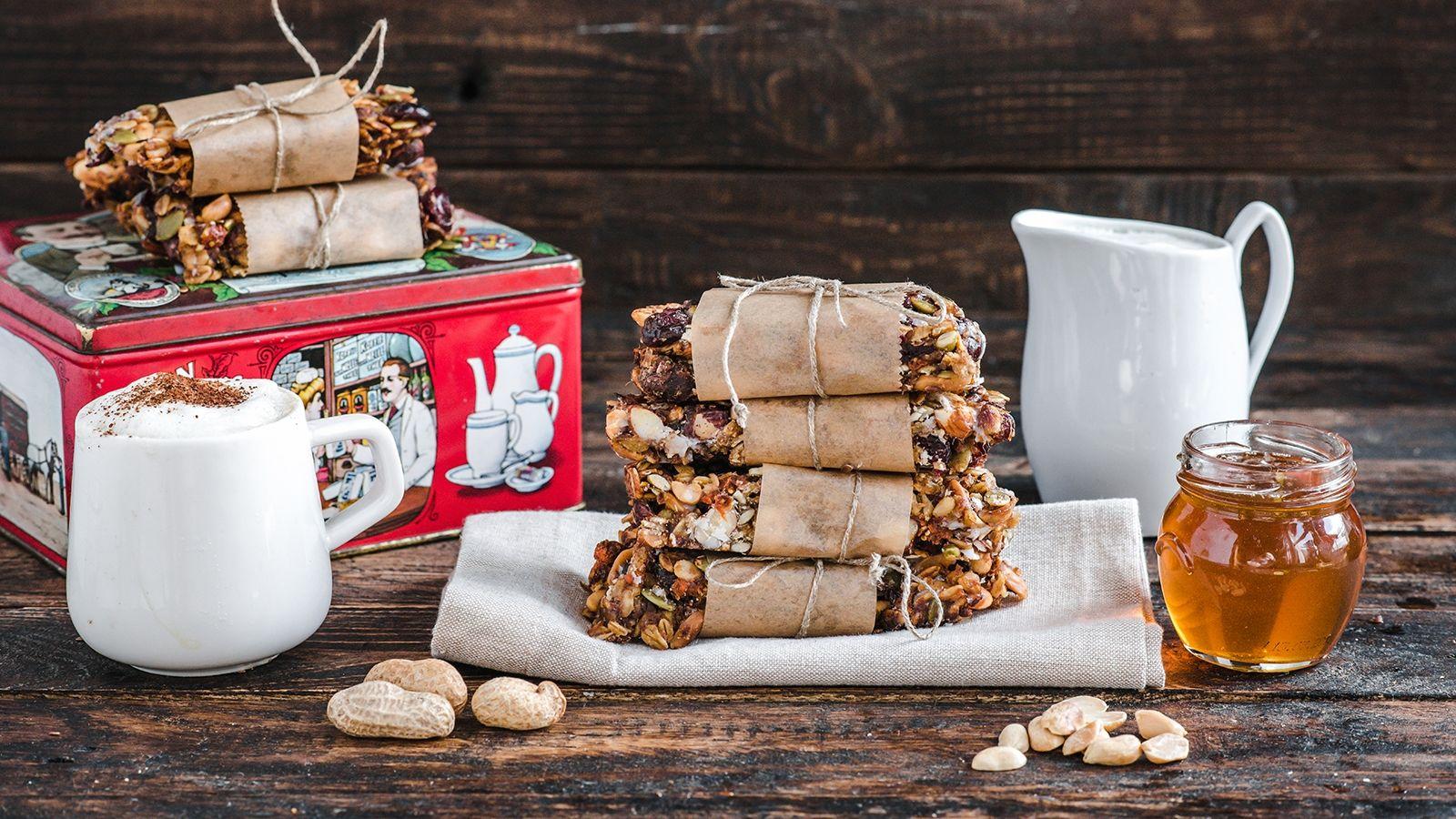 Zdrowe batoniki musli z orzeszkami arachidowymi