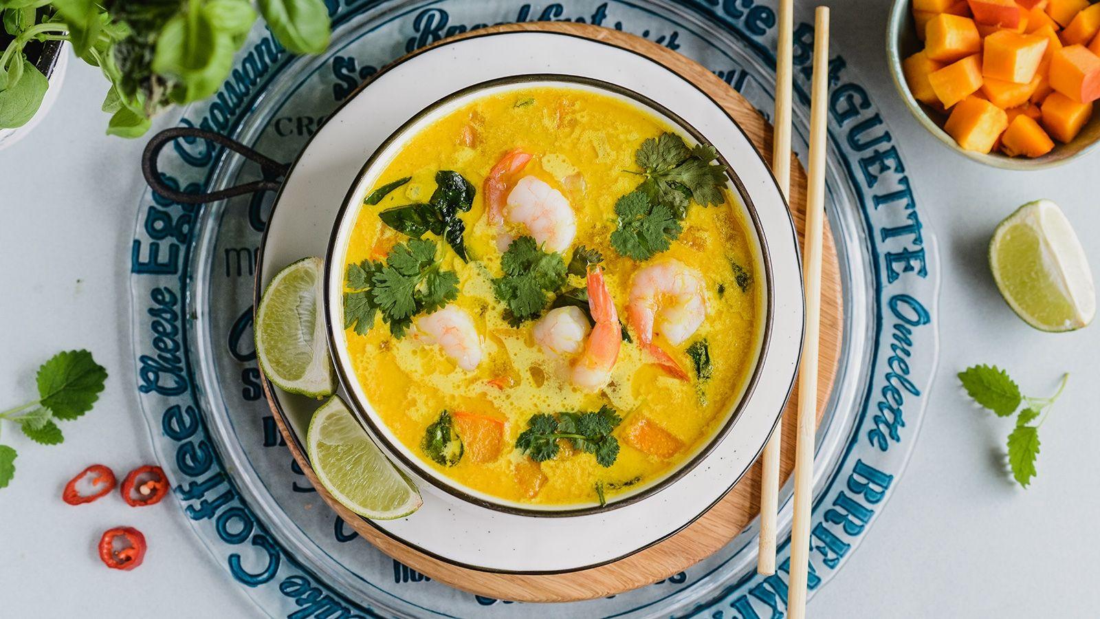 Zupa curry z krewetkami, dynią i szpinakiem